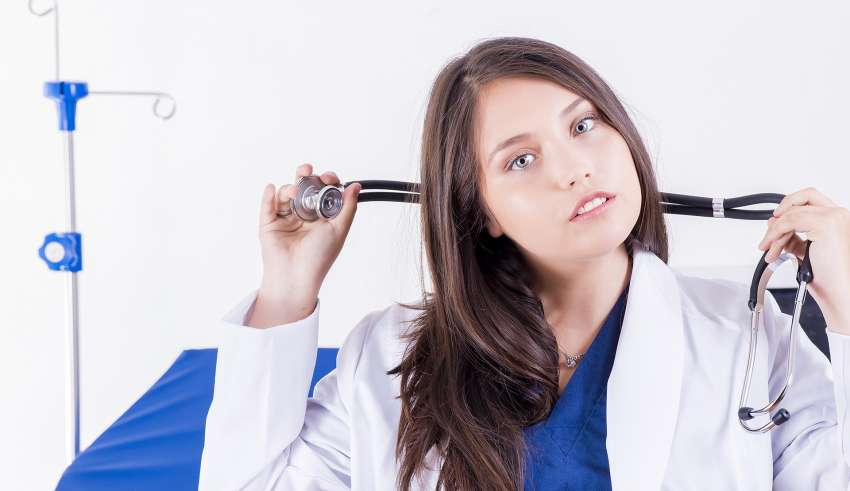 Lekarz wenerolog ze Świecia trzymający w ręku stetoskop - symbol lekarski